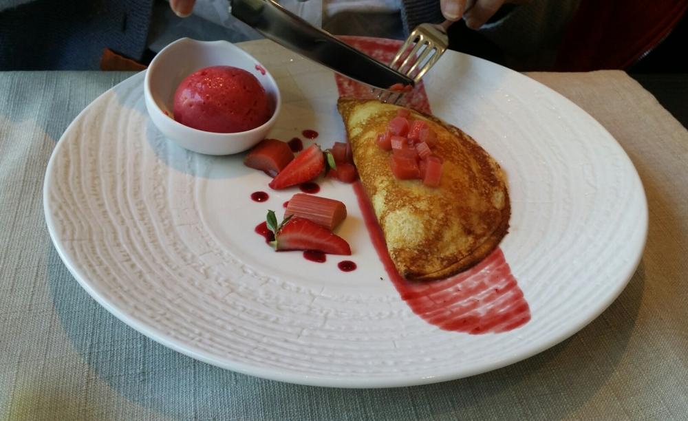 Crêpe moelleuse fraise rhubarbe.