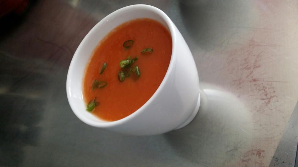 Gaspacho dés de concombre et ciboule.