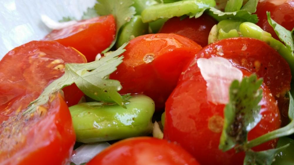 Fèves, tomates, coriandre.