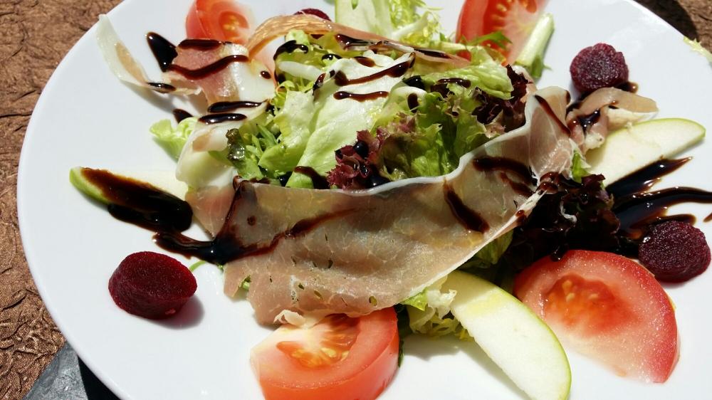 Salade fraîcheur : betterave et jambon crû, crème de balsamique