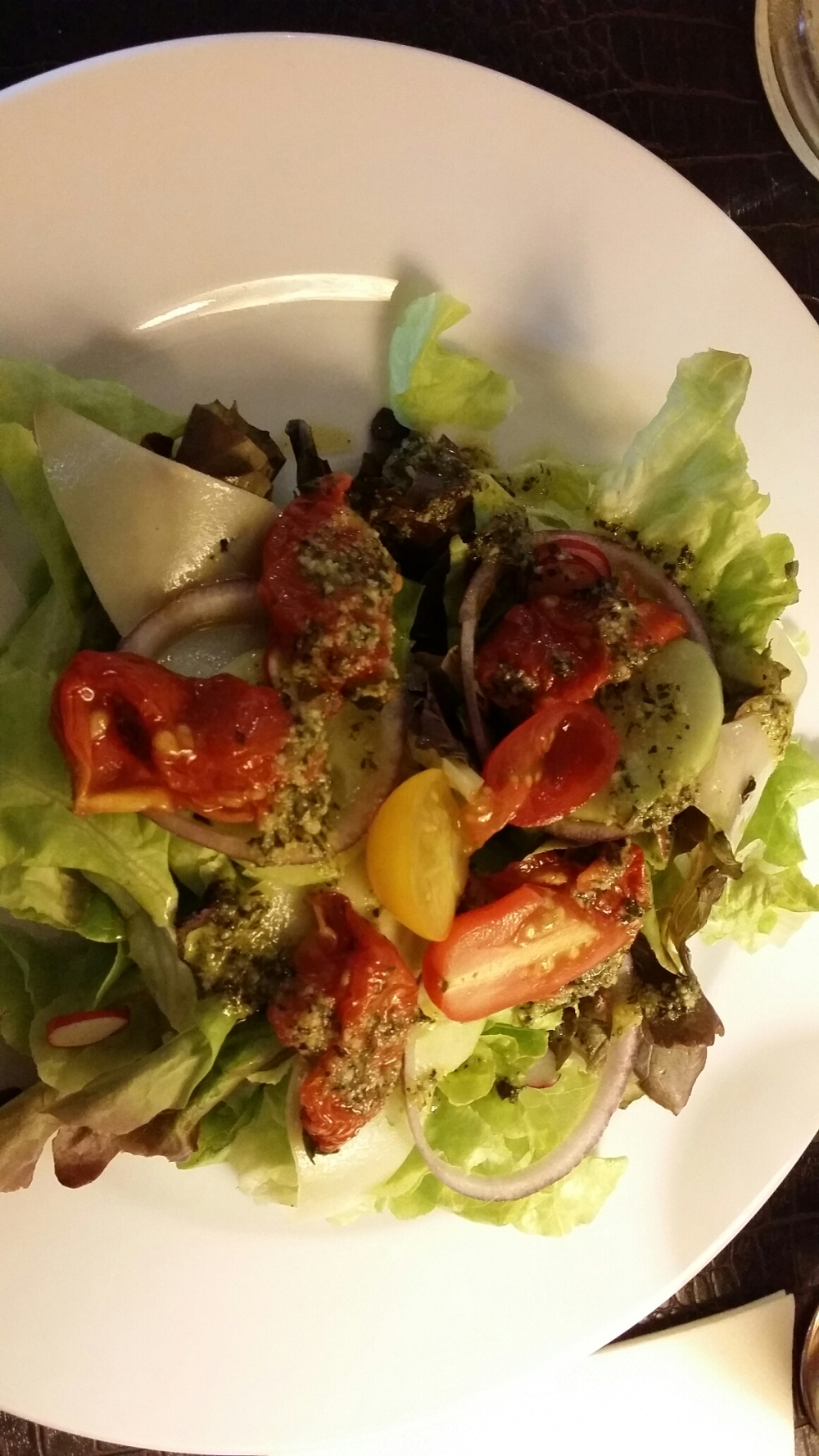 Salade de tomates confites, tomme du pays basque et vinaigre de pesto