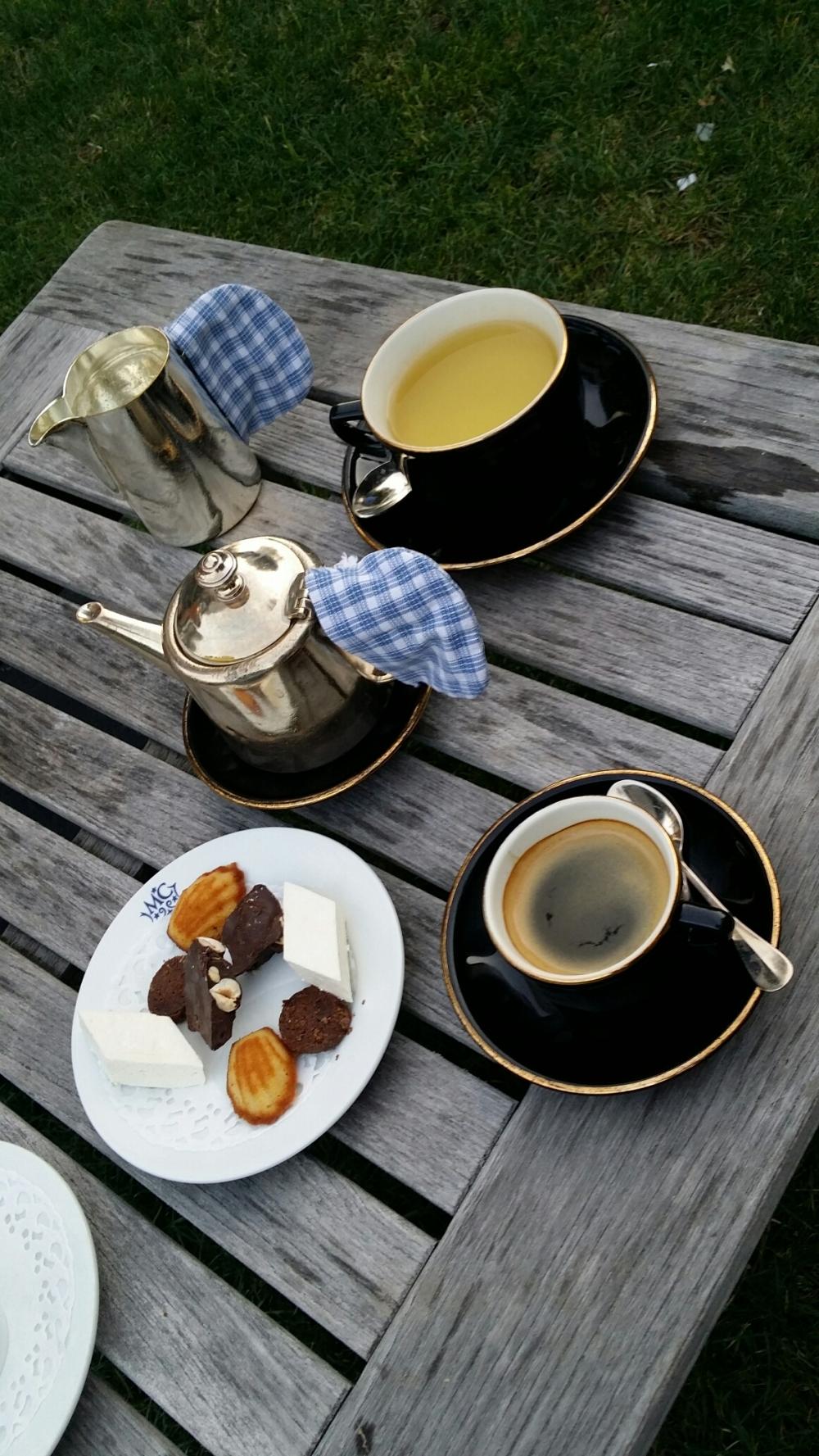 Thé et café les pieds dans l'herbe.