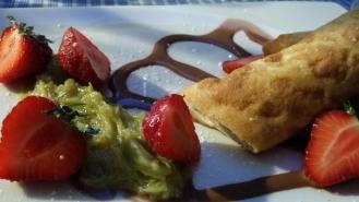 Roulé à la vanille, fraise et rhubarbe.