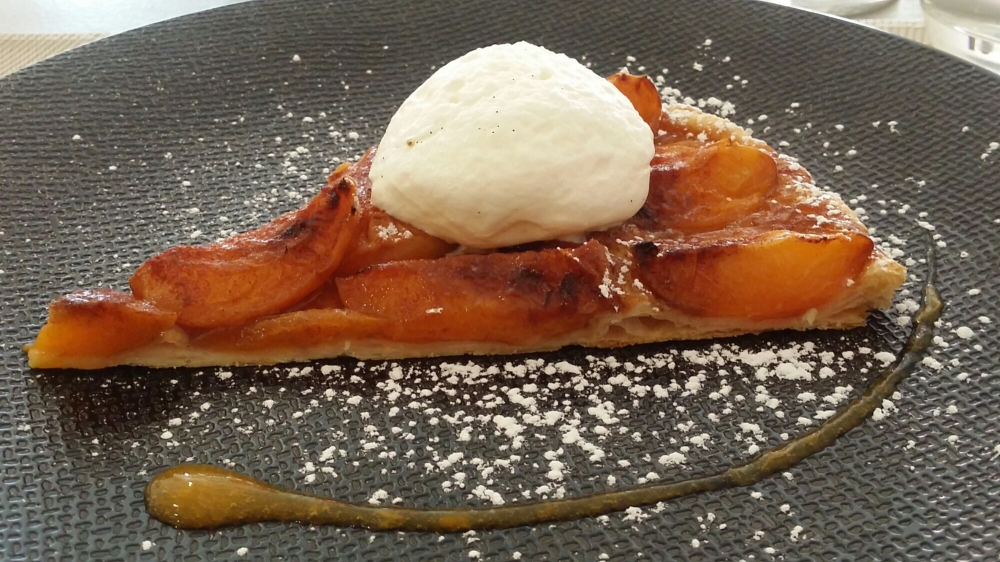 Tarte feuilletée aux abricots et crème légère à la vanille.