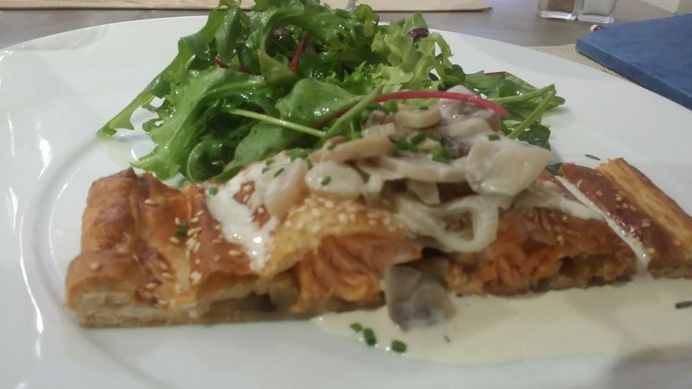 Koulibiac de saumon, crème de champignons et mâche.
