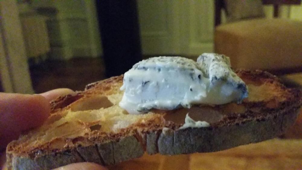 fromage de chèvre à pâte blanche nacrée.