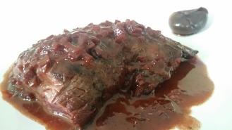 Onglet grillé sauce échalote et vin épicé. Oignons pickles.