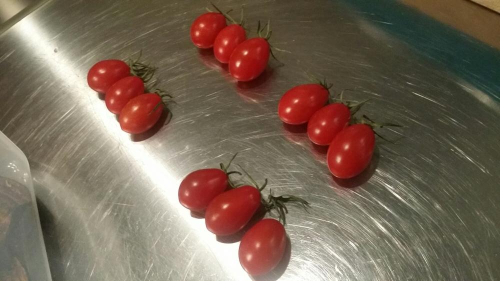 Préparer quelques tomates cerises.