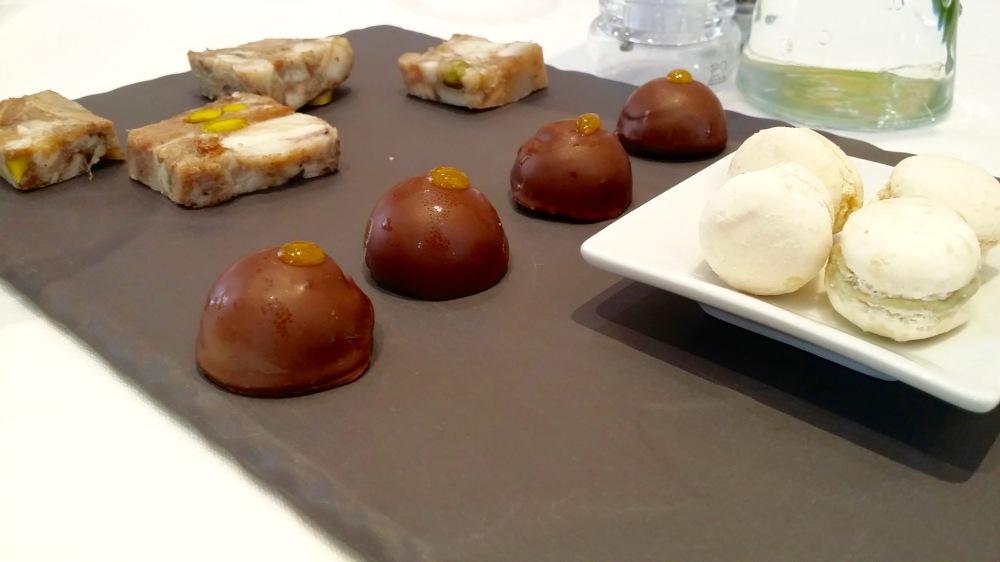 Fromage de tête. Bouchée de chocolat à l'orange et au foie. Macaron au bleu de lizieux.