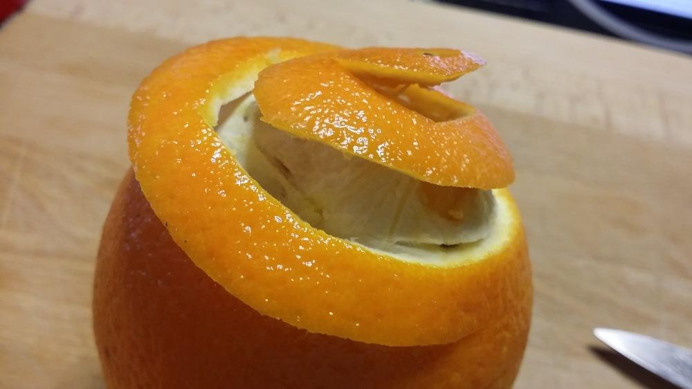 Inciser votre orange et décoller l'écorce...