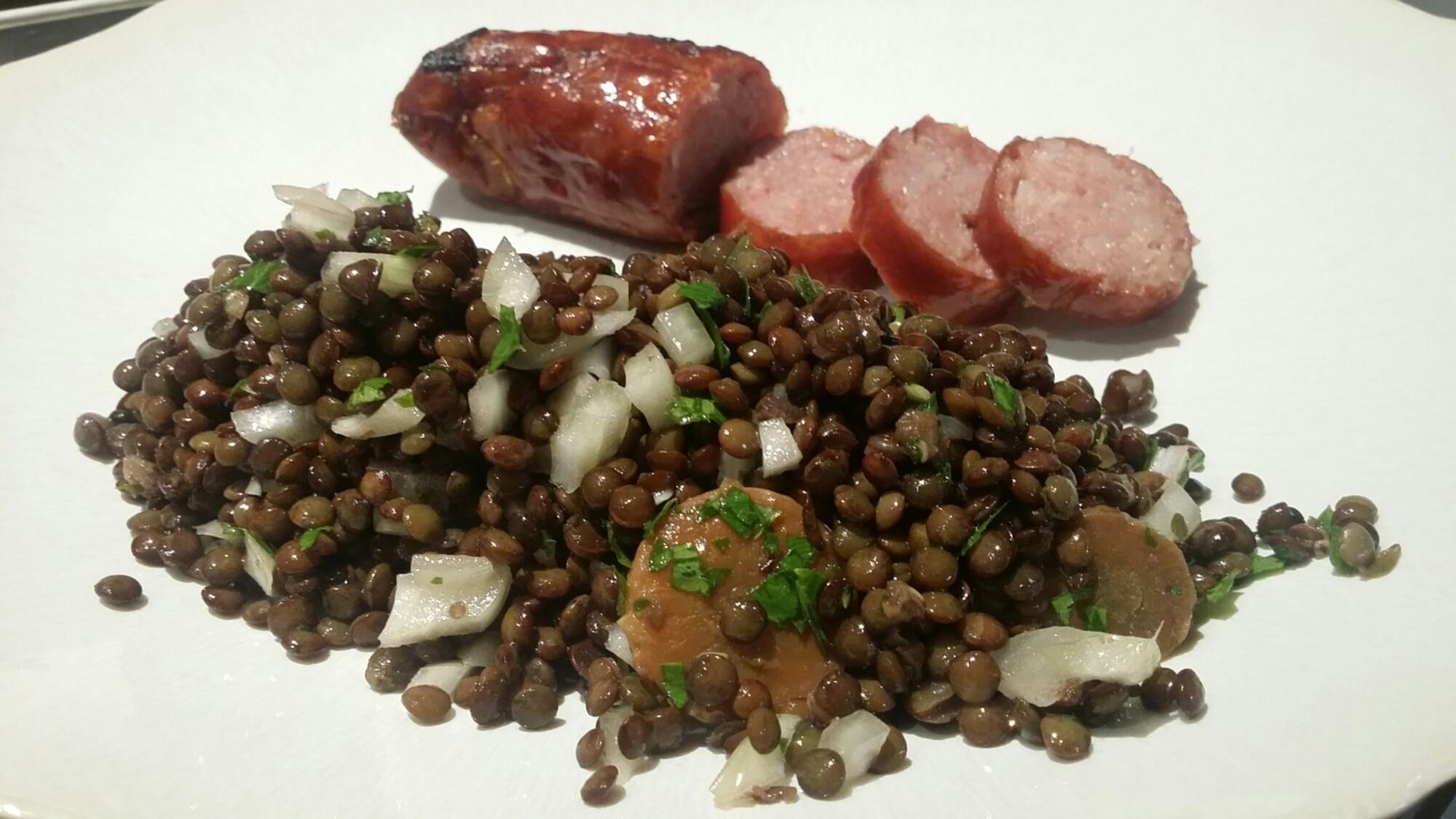 Notre salade de lentilles à l'huile de noix et, sa saucisse de Montbéliard®.