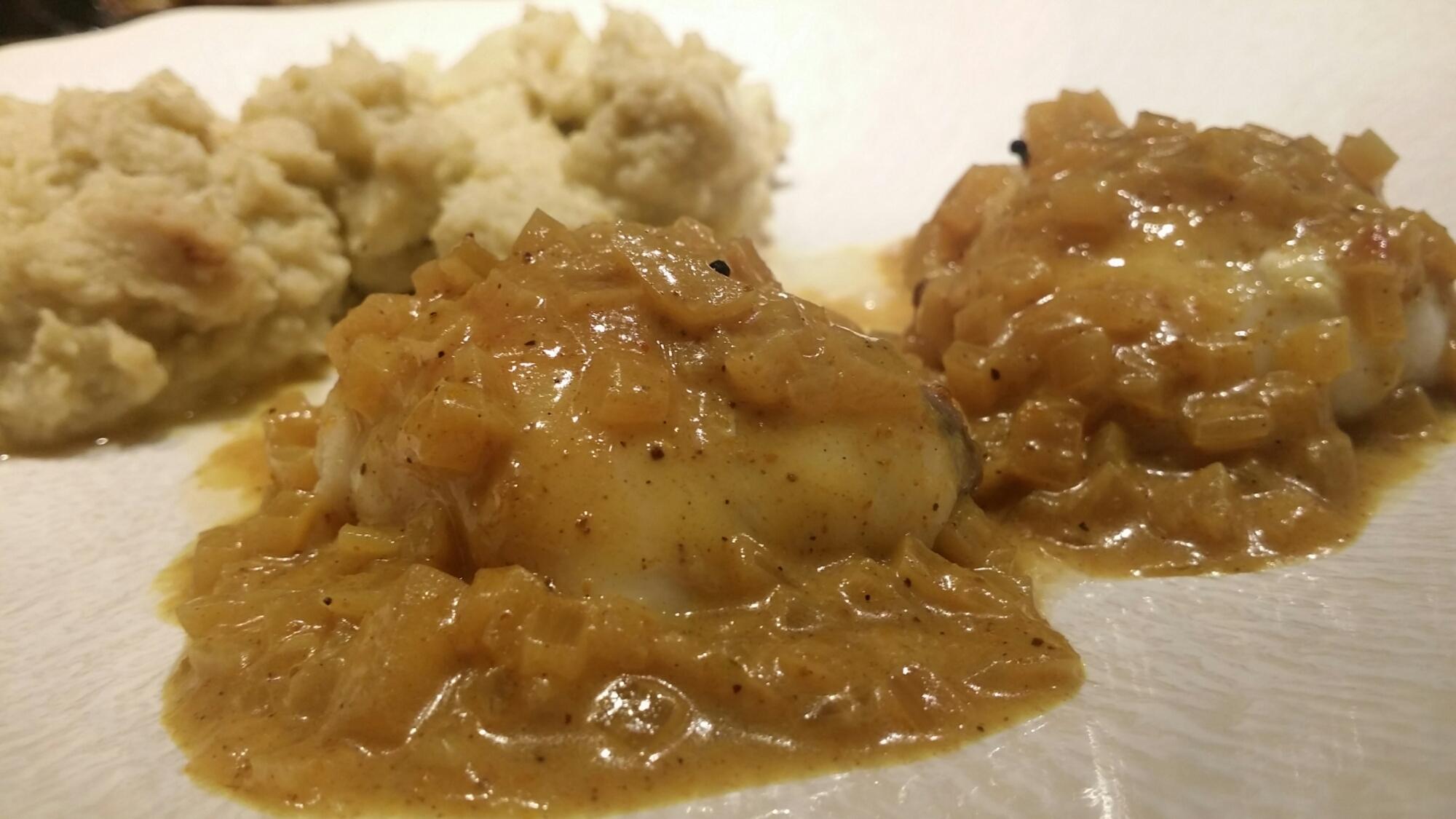 Joues de lotte sauce aux échalotes et au curry. Purée de chou-fleur.