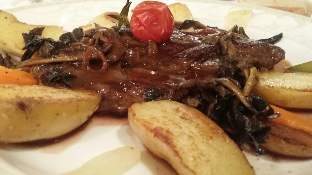 Onglet de boeuf sauce au vin, oignons confits et pommes de terre ratte.