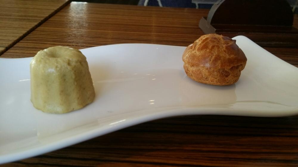 Quelques unes des mignardises: petit flan au foie gras, gougère au corail,...
