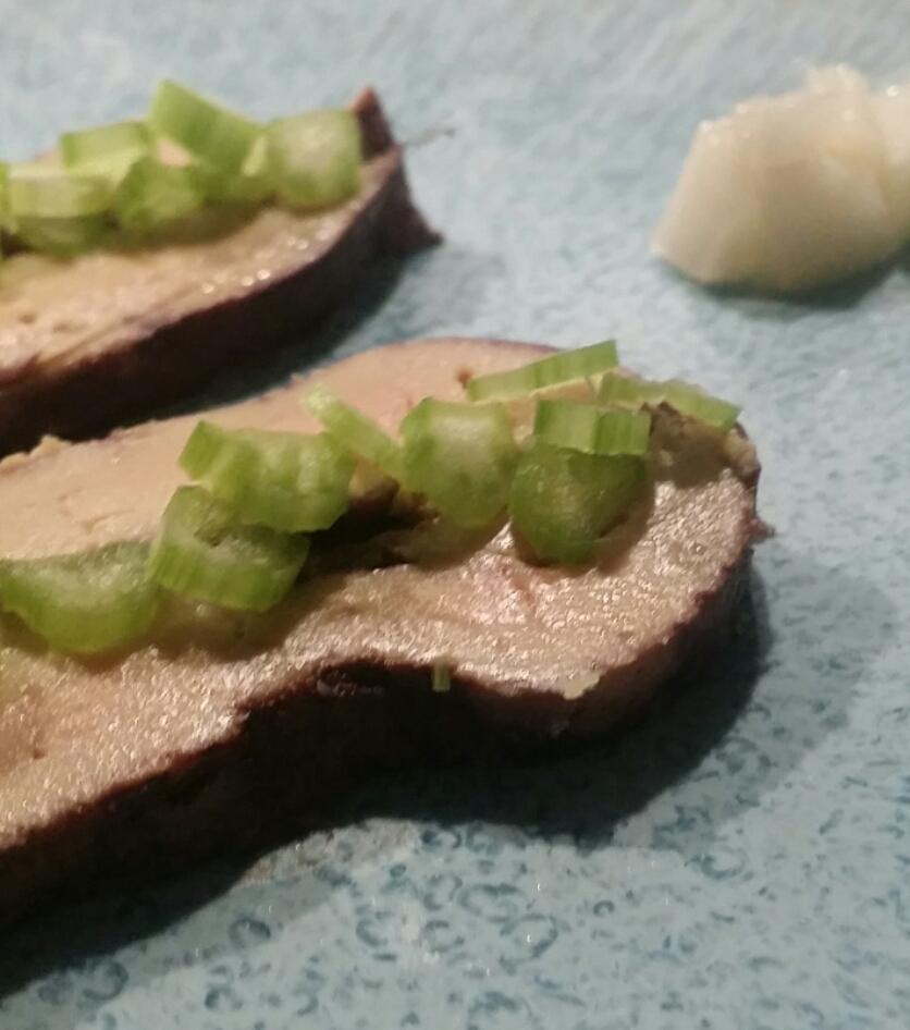 Foie gras poché au vin épicé. Céleri branche et poire.