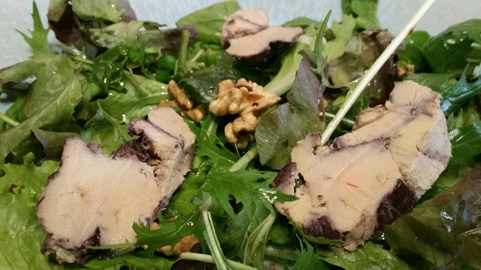 Mesclun au foie gras, noix et cébettes