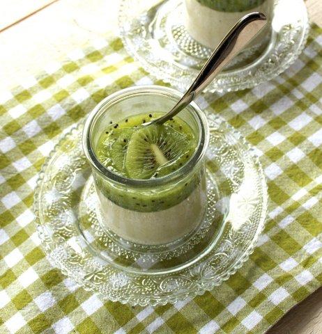 Panna cotta vanille au coulis de kiwi - Brigitte - Les Filles, à table! ©