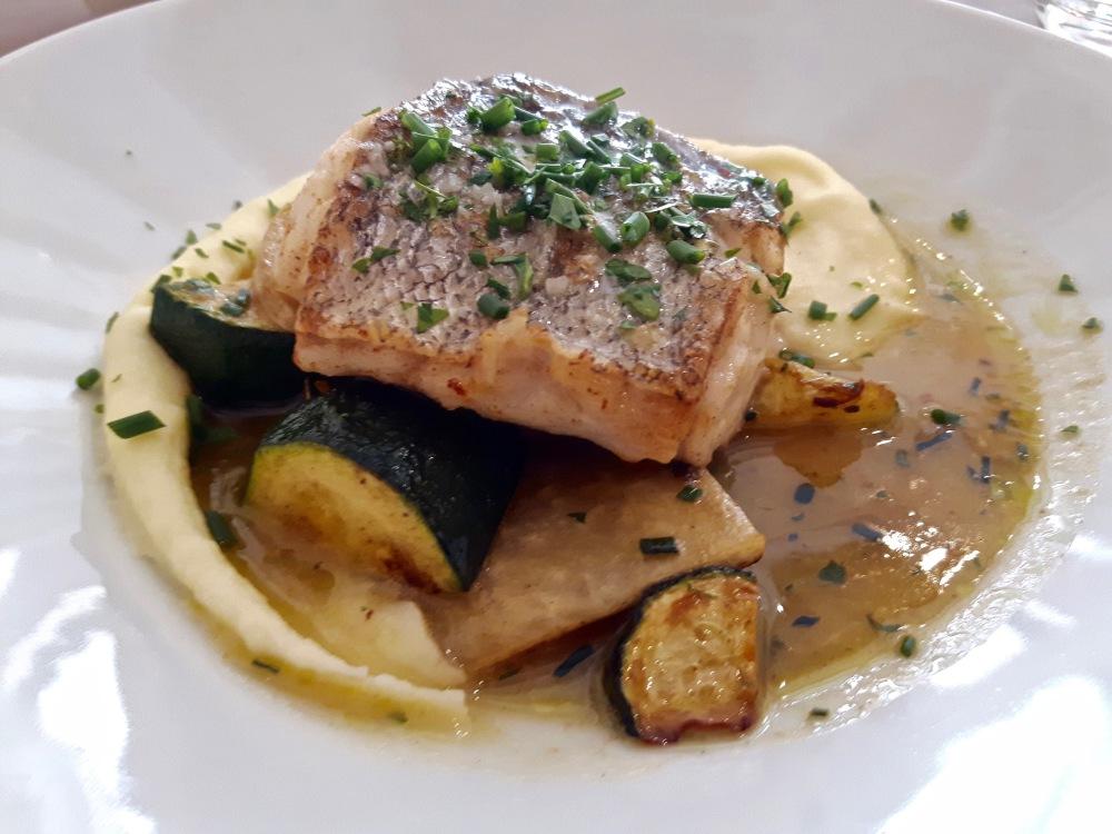 Merlu et bouillon de poissons, légumes primeurs..
