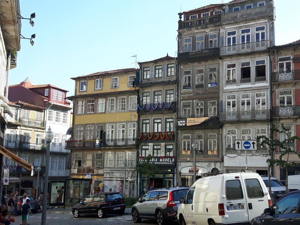 Quelques façades de Porto...beaucoup sont encore défraîchies mais d'autres sont rénovées...