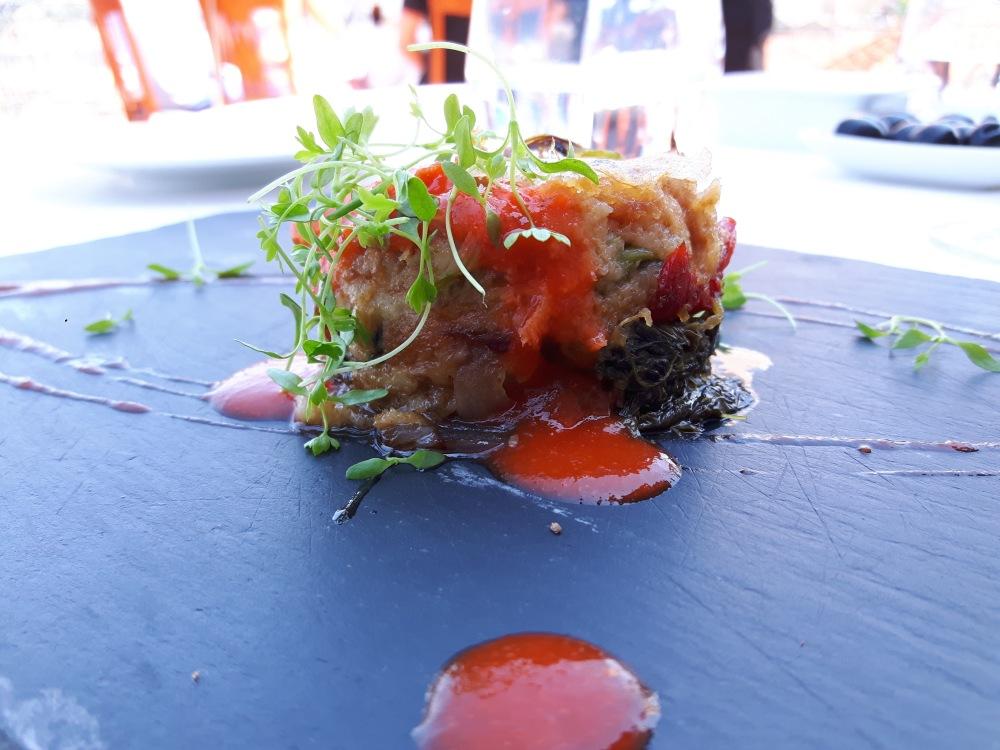 Millefeuilles de boudin de Mirandela, oignons rouges, feuilles de navets à l'ail, croquant de pâte brick, crémeux de poivrons r^tis et échalotes au vin de Porto au Barão Fladgate
