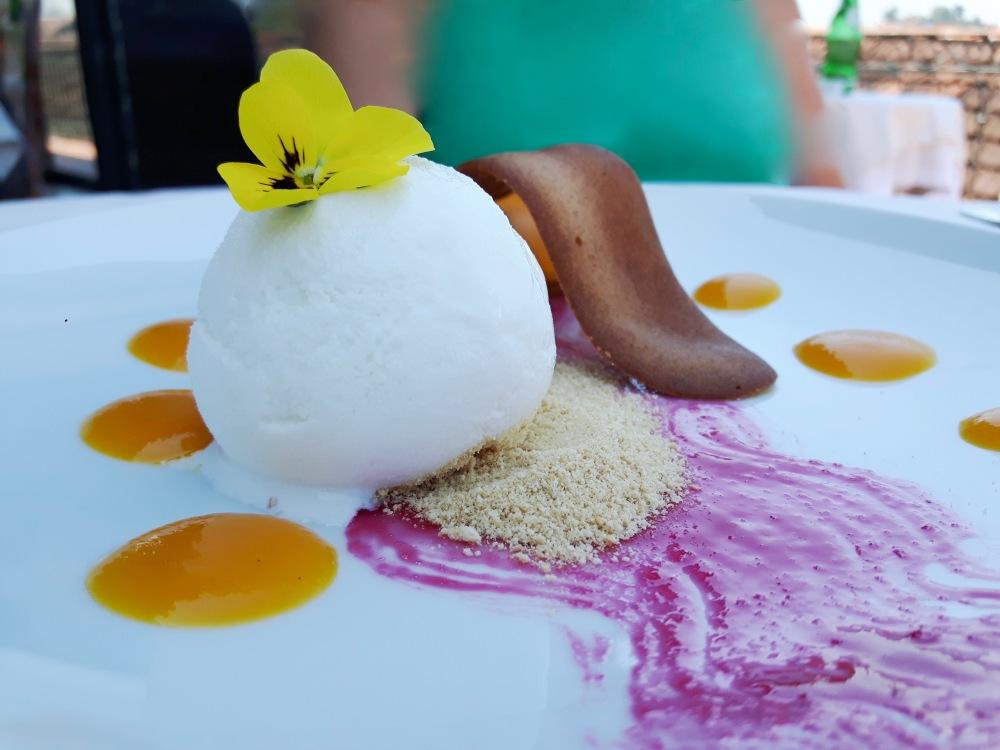 Cannelloni de mangue, fruit de la passion, glace au basilic et vanille croquante au Barão Fladgate