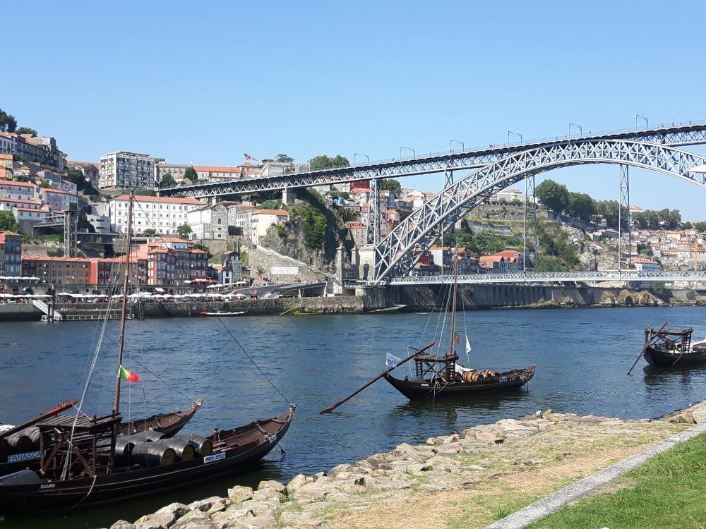 Le Pont Maria Pia et les bateaux qui servaient à transporter sur le Douro les tonneaux de vins de Porto.