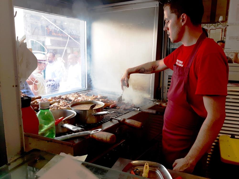 Scène courante dans les restaurants traditionnels on vient y déguster viandes et poissons grillés.