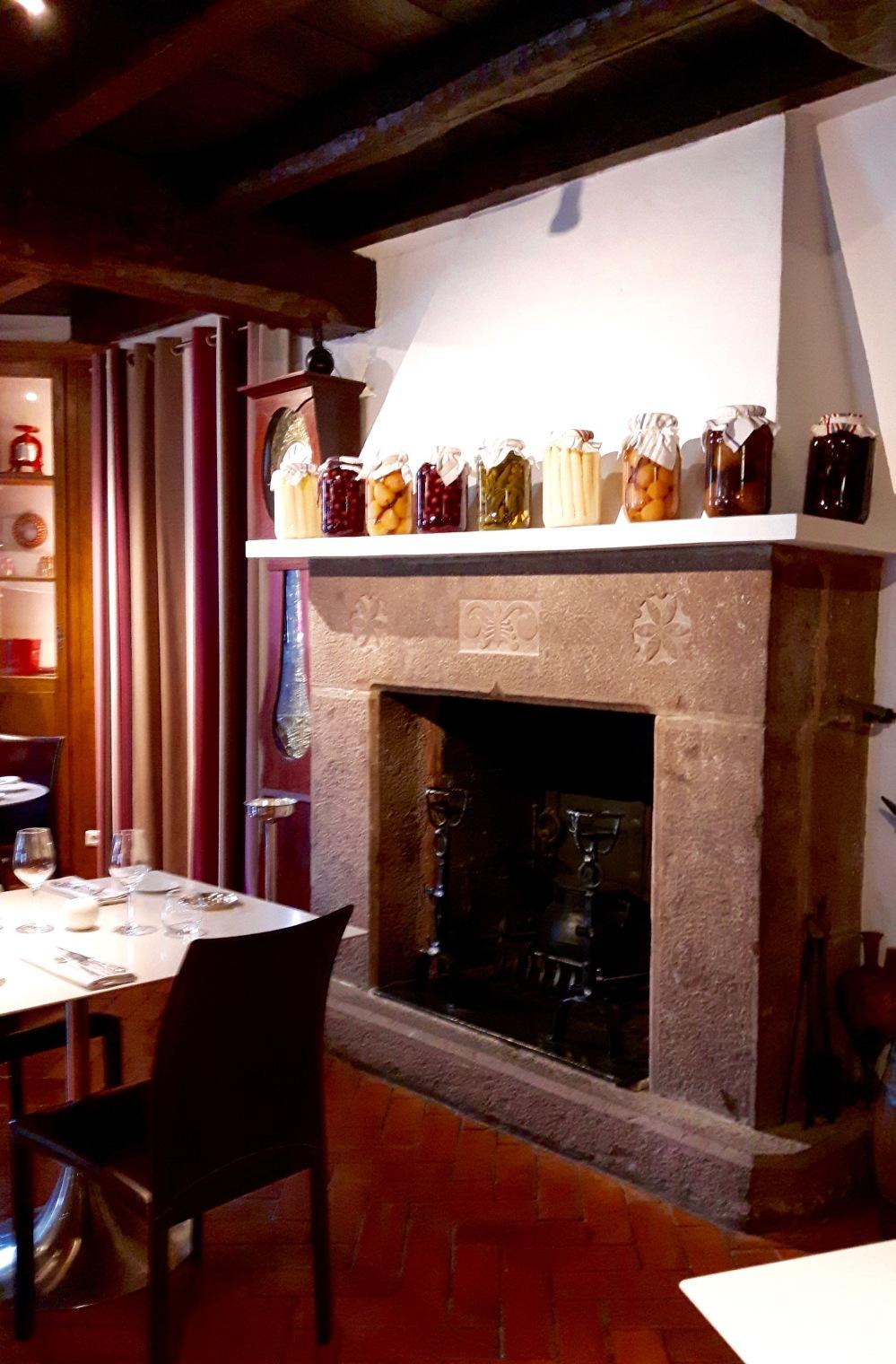 La cheminée du restaurant et sa collection d'Armagnacs et Bas-Armagnacs.
