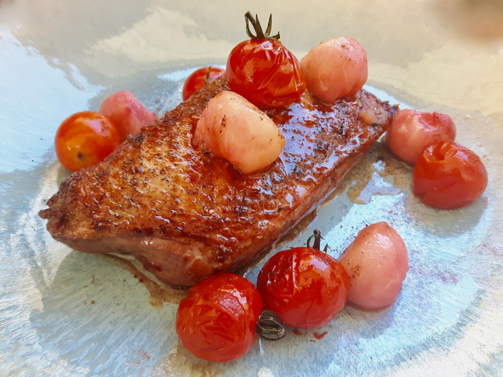 Filet de canette grillé. Billes de pêche blanche et tomates cerises.