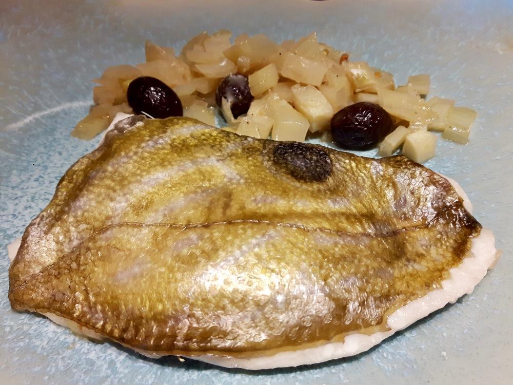 Filet de Saint-Pierre au fenouil et aux olives [conserver précieusement le bouillon pour arroser votre poisson au moment du service - pas présent sur la photo!]