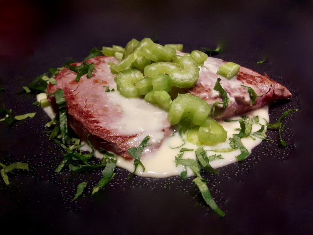 Filet de boeuf sauce au chèvre. Céleri branche.