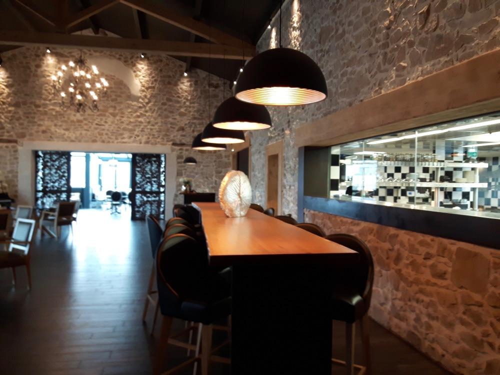 Côté cuisine. une pièce authentique avec ses murs en pierre ouverte sur la cuisine (photo floue [désolés] )