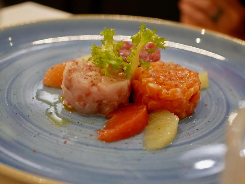 Triologie de tartares: saumon, thon et dorade.