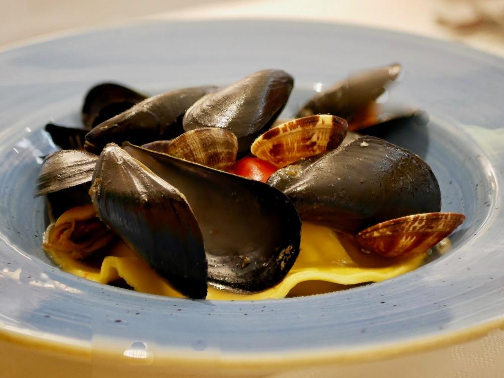Gros ravioli avec crevettes, gambas, moules, vongoles...avec un bouillon au safran [délicieux!]