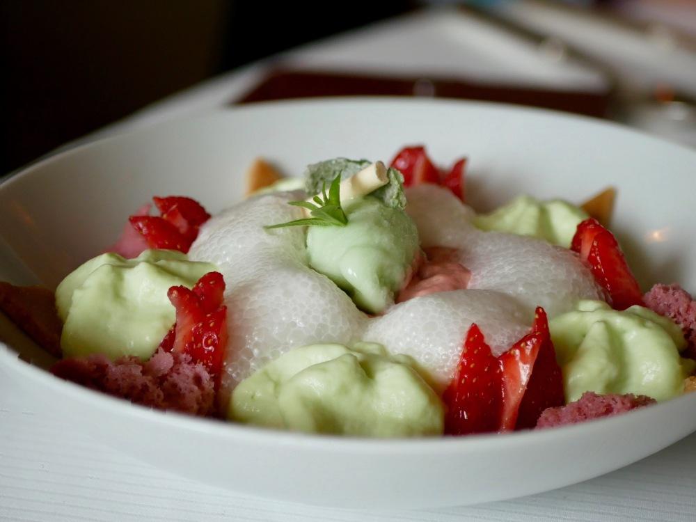 Fraises citron feuille de verveine: Les fraises et leur crème, citron et verveine en sorbet et écume.