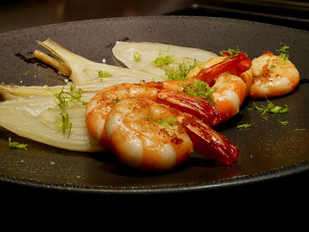 Crevettes snackées et fenouil braisé.