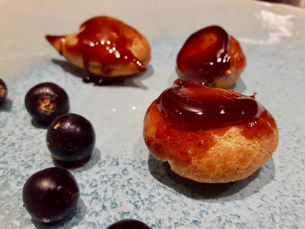 Mini-choux au céleri et cassis.