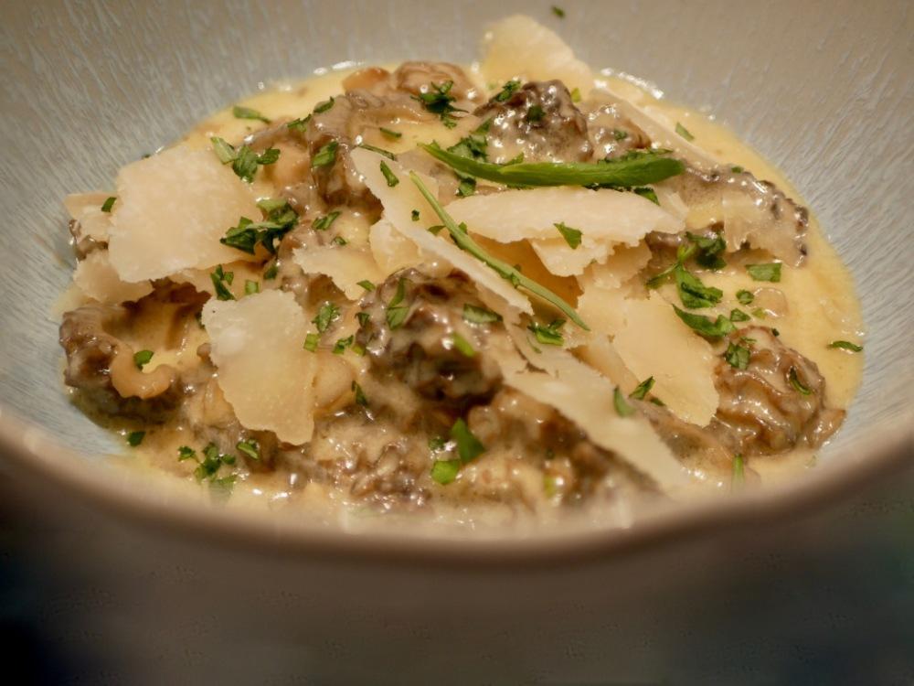 Inspiration Anne-Sophie Pic] Morilles fraîches. Crème à l'estragon et parmesan.
