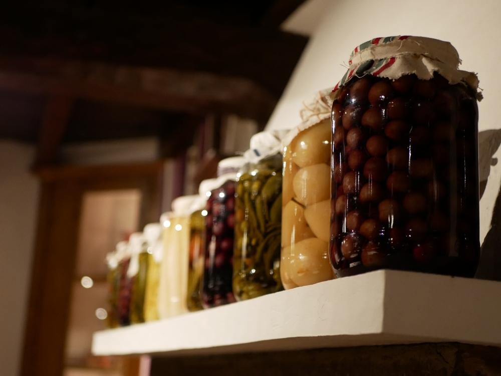 Bel assortiment de fruits et légumes au vinaigre. Pots XXL.
