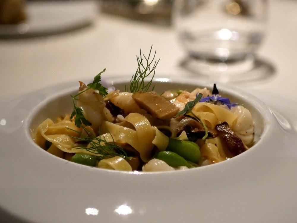 Ragoût de queues de langoustines aux pâtes fraîches, poitrine fumée et cèpes.