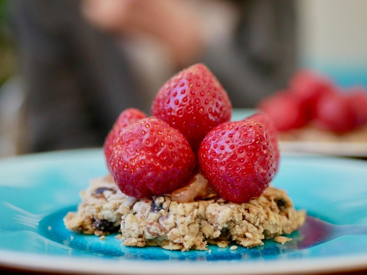 [Cuisinons les céréales!][En mode gastronomique!] Tarte muesli aux fraises et à la rhubarbe.