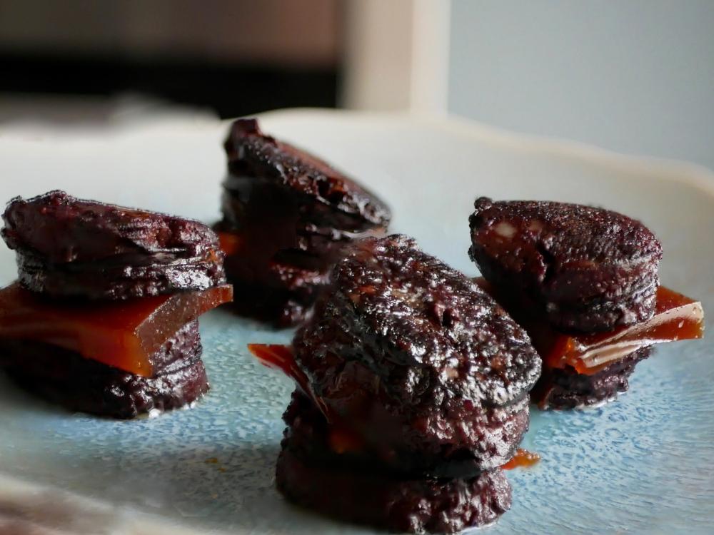 Bouchées de boudin noir à la pâte de coing.