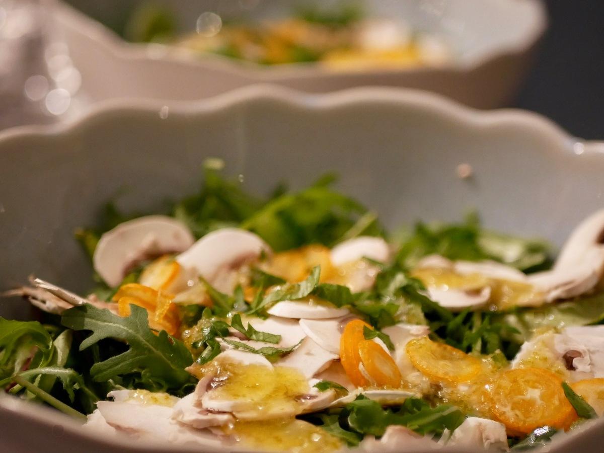 [Healthy salad...] Salade de jeunes pousses. Kumquat. Champignons de Paris. Huile aux agrumes.
